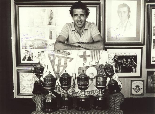 Quini posa en su casa con sus seis trofeos pichichi.