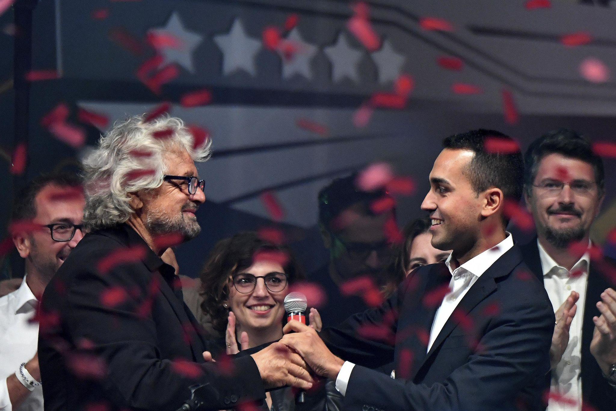 El diputado Luigi di Maio habla con el fundador del M5E, Beppe Grillo, tras ser elegido candidato del partido a las elecciones.