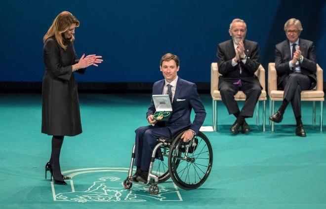Susana Díaz entrega su Medalla al piloto José Luis de Augusto, superviviente del accidente el A400M en Sevilla. Al fondo, el actor José Luis Gómez y el médico Guillermo Antiñolo.