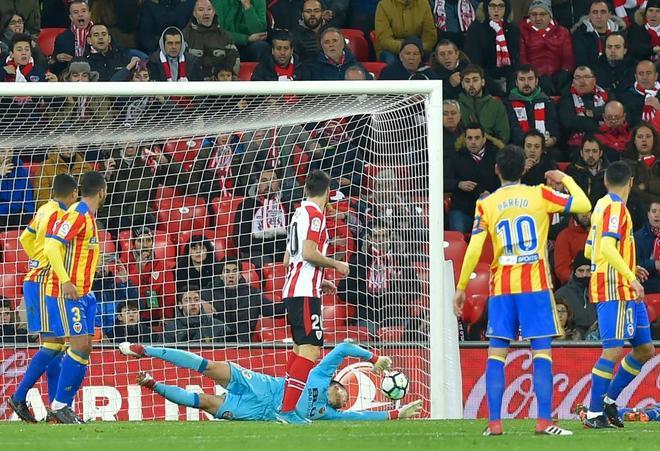 Neto no alcanza al lanzamiento de De Marcos, que fue el empate del Athletic.