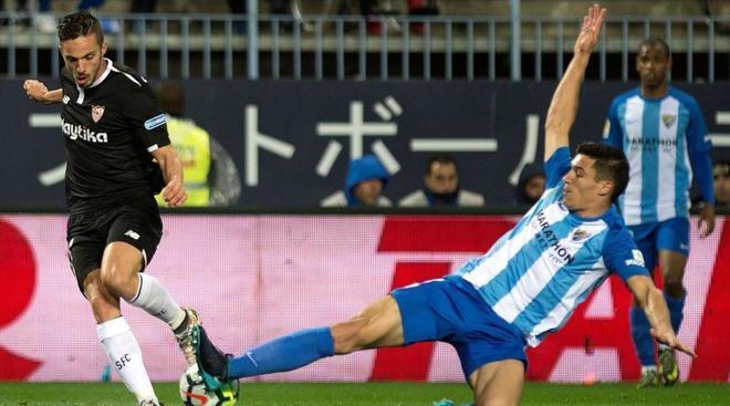 Pablo Sarabia y Diego González pugnan por un balón.