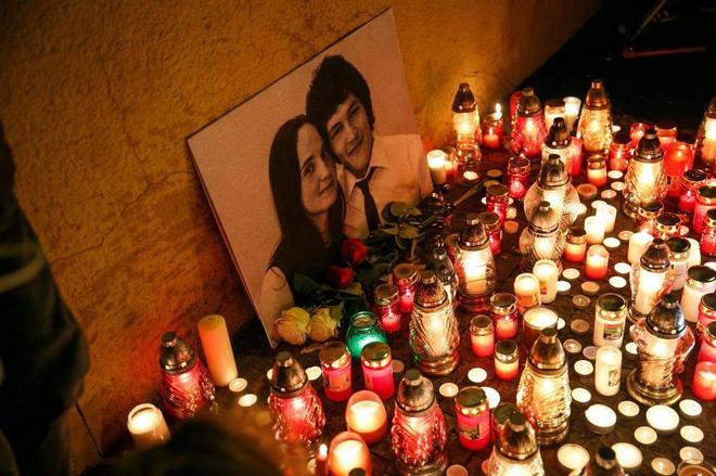 Vista del tributo en memoria del periodista eslovaco, Jan Kuciak, asesinado junto a su pareja, en Bratislava (Eslovaquia).