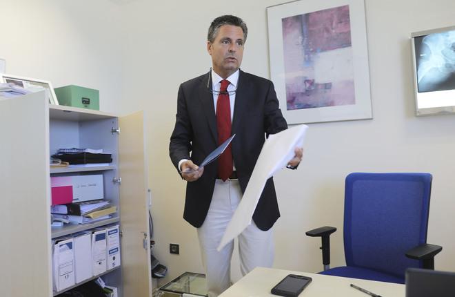 Carlos Ferrer Señoráns, jefe de la Unidad de Cirugía Ortopédica Avanzada (UCOA) de Málaga y coordinador del proyecto,