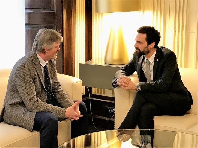 El cónsul cesado, junto al presidente del Parlament, Roger Torrent, este lunes.