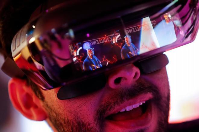 Un asistente al MWC prueba unas gafas de realidad virtual.