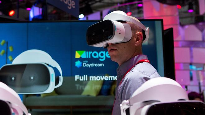 Un vistante prueba unas gafas de realidad virtual en el Mobile World Congress