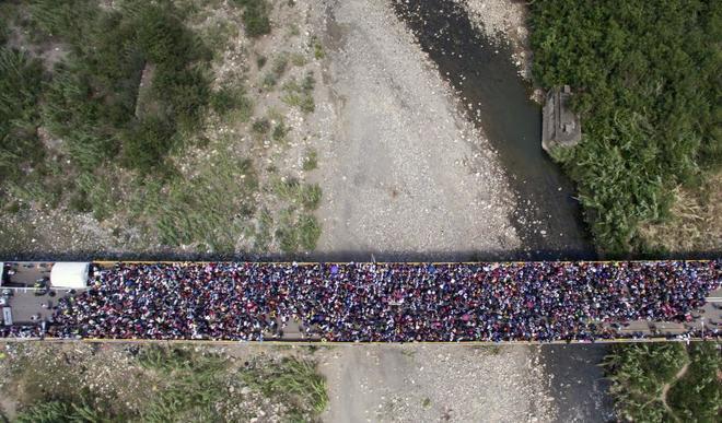 El Puente Internacional Simón Bolívar, mientras miles de venezolanos cruzan a Colombia.