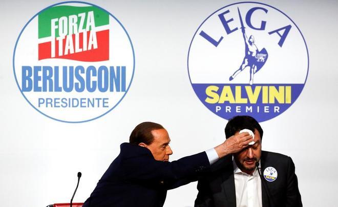 Silvio Berlusconi limpia el sudor de Matteo Salvini, hoy en Roma.
