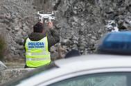 Un mosso d'esquadra con un dron durante la reconstrucción que han realizado hoy