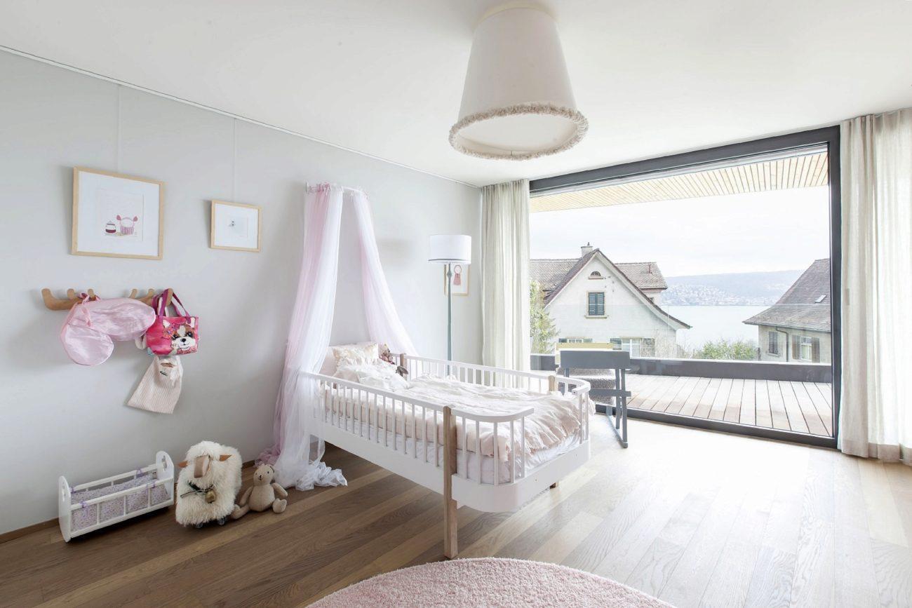 Dormitorio infantil decorado en todos claros y rosas y su - Dosel para cama infantil ...