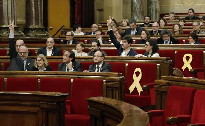 Diputados de Junts per Catalunya y ERC, ayer durante el pleno del Parlament de Cataluña.