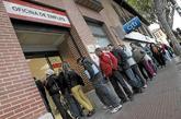 Desempleados en una cola de una oficina de empleo en Madrid.