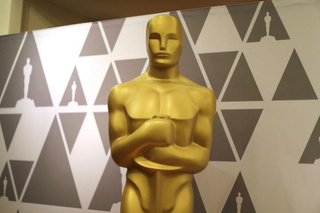 Una estatua gigante del Premio Oscar en la ciudad de Los Ángeles poco...