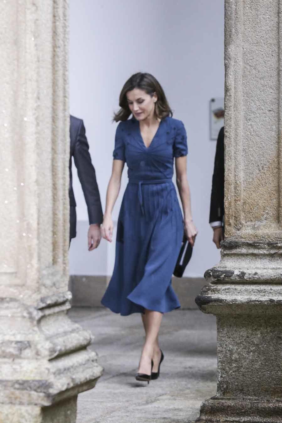 La Reina ha sorprendido con el primaveral vestido que ha estrenado en...