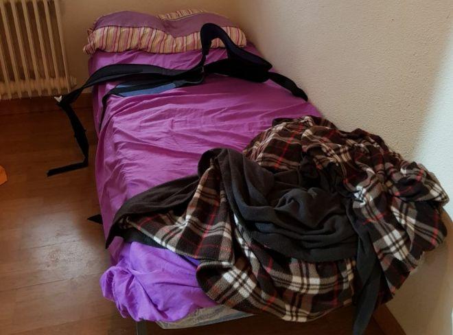 Habitación donde retenían a una mujer mayor atada a la cama.