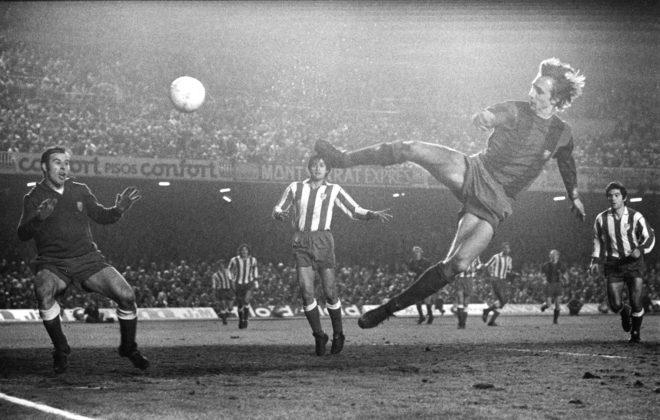 Cruyff, en el gol más representativo de su carrera, bate al portero del Atlético Miguel Reina.