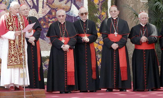 El papa Benedicto XVI reza en la plaza de la Virgen de Valencia, en julio de 2006, en presencia de las autoridades eclesiásticas españolas.