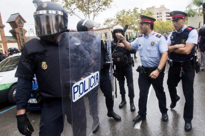 Mossos y policías discuten durante la celebración del referéndum...