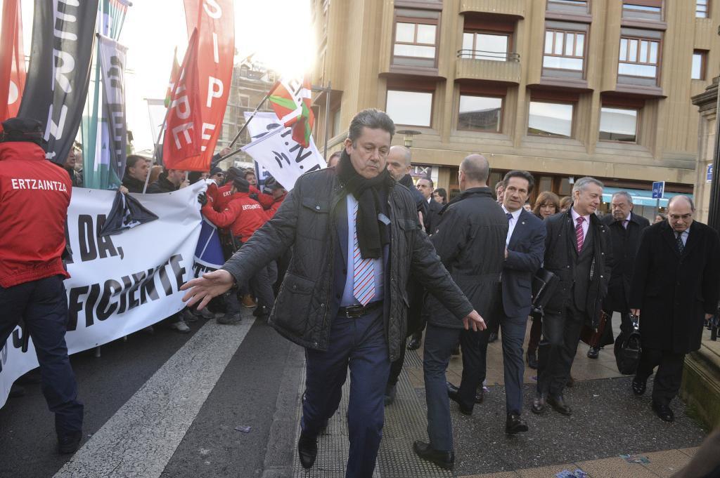 El lehendakari llega al Parlamento ante la concentración de agentes de la Ertzaintza.