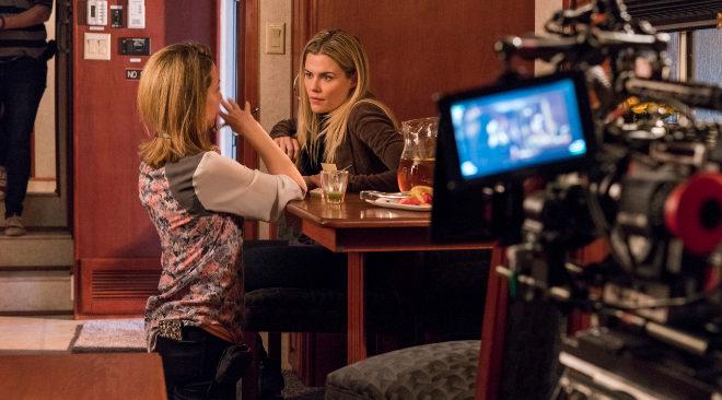 La australiana Rachael Taylor, Trish Walker en la serie, escucha...