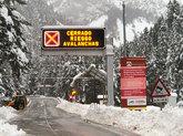 Un cartel advertía el pasado jueves del cierre del túnel de...