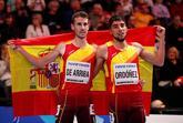 Álvaro de Arriba y Saúl Ordóñez posan con la bandera de España...