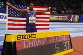 Christian Coleman celebra su victoria en los 60 metros lisos.