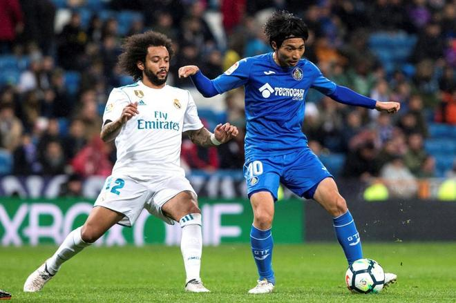 Marcelo Vieira lucha con Gaku Shibasaki por el balón en el partido...