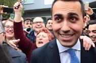 El líder del M5E, Luigi di Maio, posa con varios simpatizantes tras emitir su voto en Nápoles.