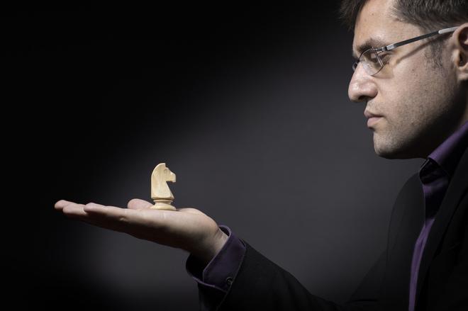 El gran maestro de ajedrez armenio, Levon Aronian, posa con un caballo...