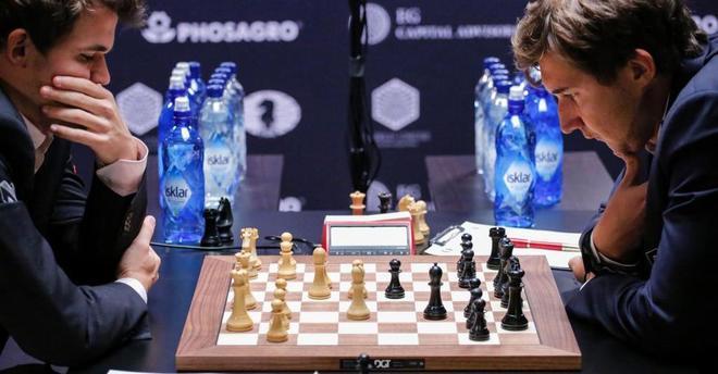 Sergey Karjakin y Magnus Carlsen, en el 'match' por el título en...