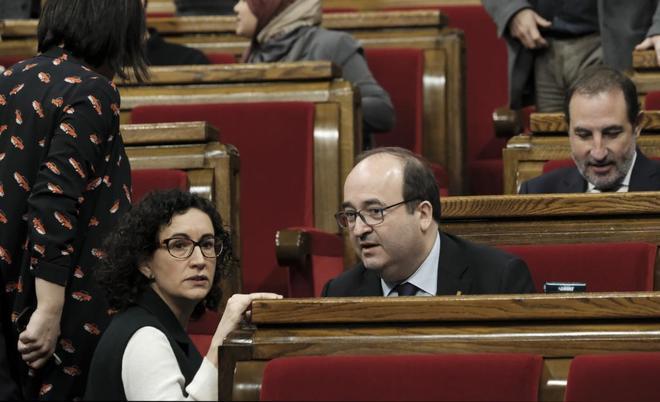 Marta Rovira (ERC) y Miquel Iceta (PSC) conversan en el Parlament durante el pleno del día 1.
