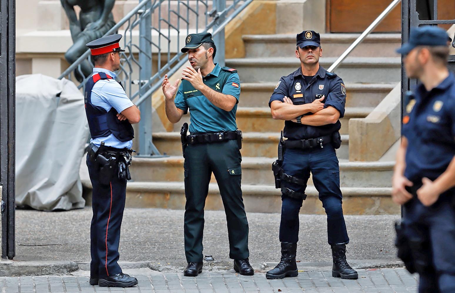 Un agente de la Guardia Civil conversa con un 'mosso' días antes del...
