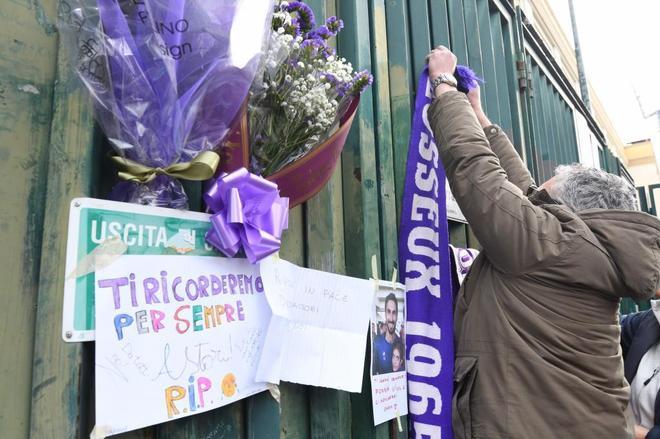 Los aficionados improvisaron un altar en el estadio de la Fiorentina.