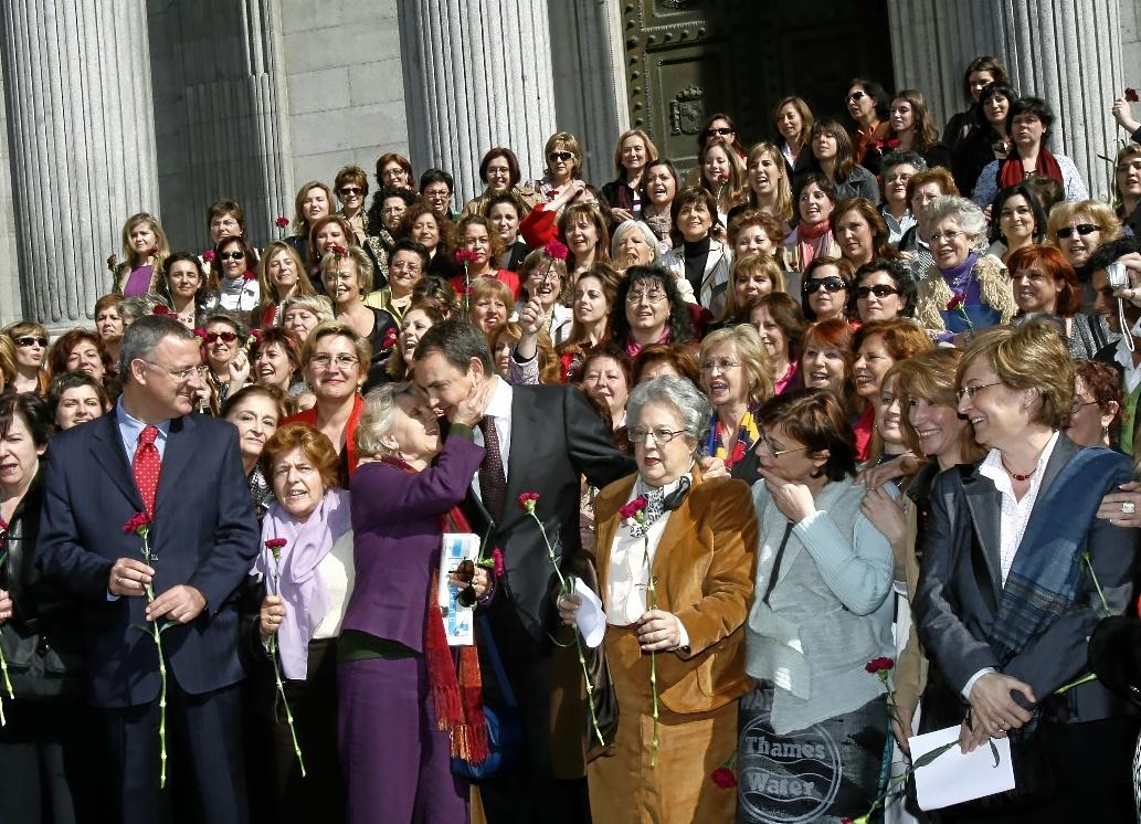 Zapatero, rodeado de mujeres a las puertas del Congreso, el día que...