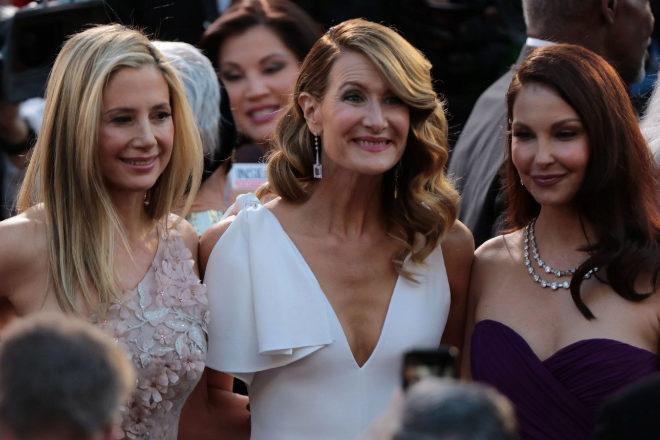 Las actrices Mira Sorvino, Laura Dern y Ashley Judd, en su llegada a...
