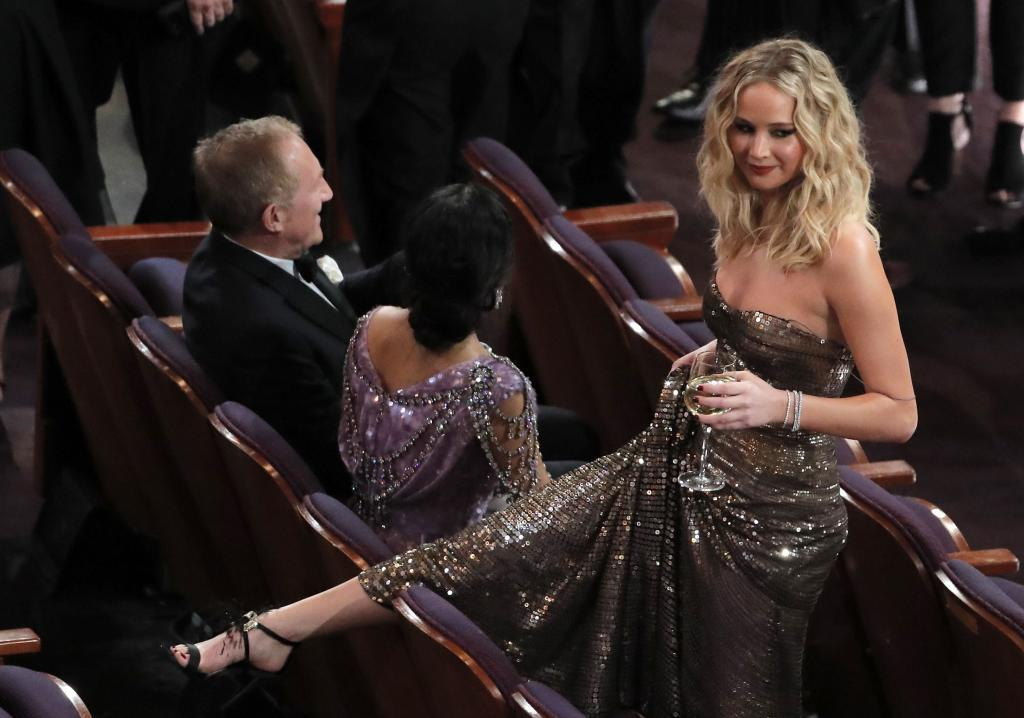 Aplauso lento para Jennifer Lawrence, copa en mano desde el minuto...