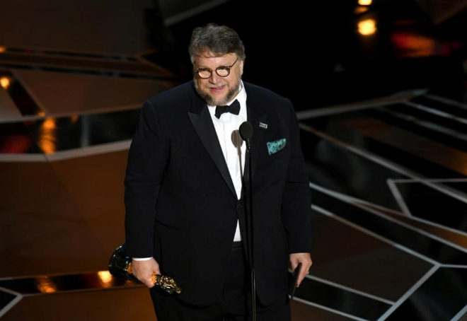El director Guillermo del Toro sube al escenario para recoger el Oscar...