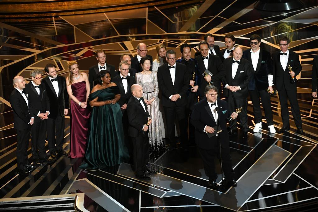 El director Guillermo del Toro con el equipo al completo de La...