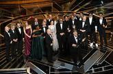 El director Guillermo del Toro con el equipo al completo de <em>La...