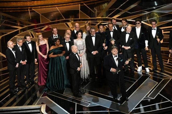 El equipo de La forma del agua, de Guillermo del Toro, recoge el Oscar...
