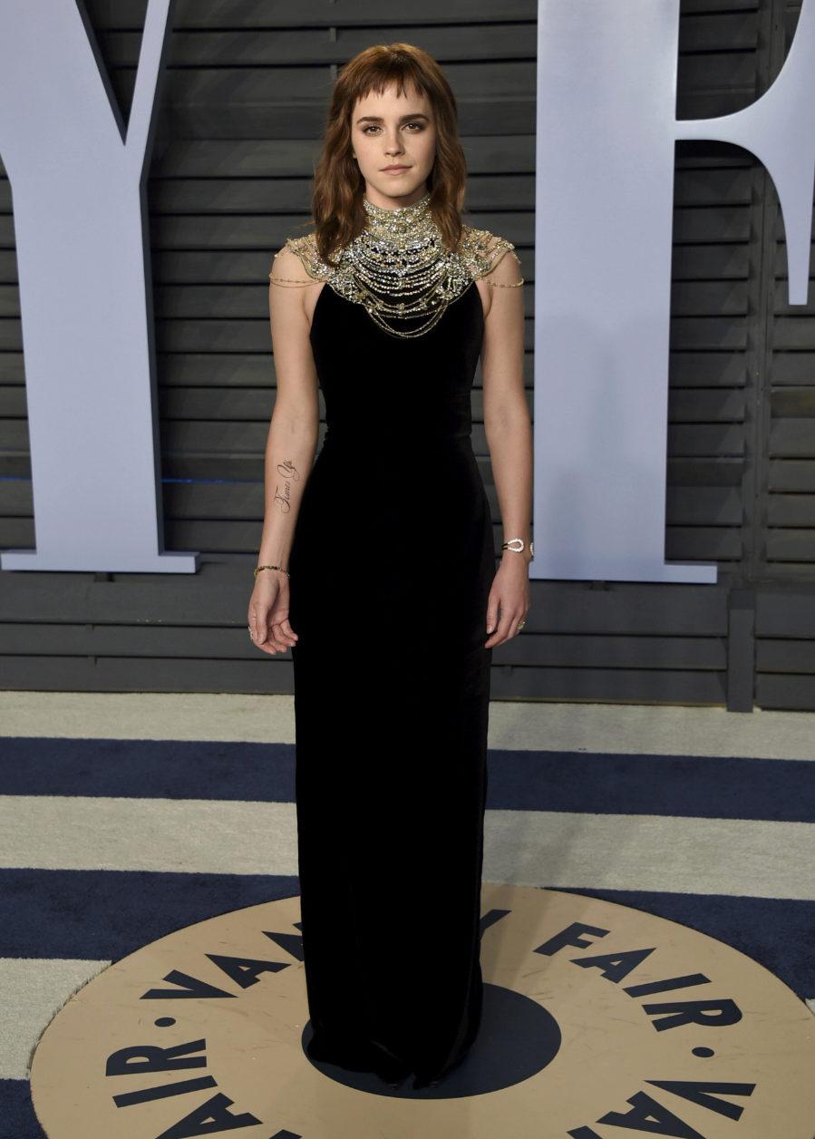 La actriz británica posó con un vestido de terciopelo con collar de...