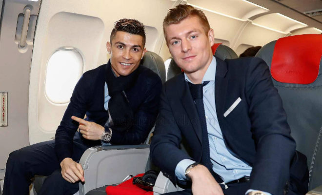 Cristiano Ronaldo y Toni Kroos, en el avión rumbo a París para...