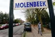 Un hombre camina en el distrito de Molenbeek, en Bruselas (Bélgica):