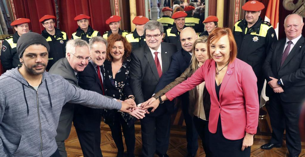 Los portavoces de todos los partidos de Bilbao trasn la firma del pacto.
