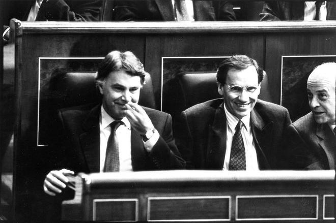 Felipe González y Alfonso Guerra sonríen durante la cuestión de...
