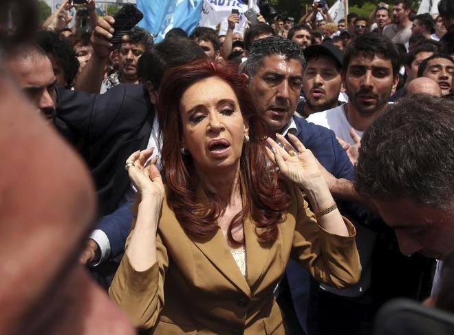 La ex presidenta argentina en una imagen de archivo, tras abandonar un tribunal de Buenos Aires en 2016.