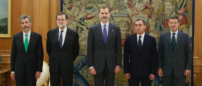 De izqda. a dcha., el presidente del CGPJ, Carlos Lesmes; el...