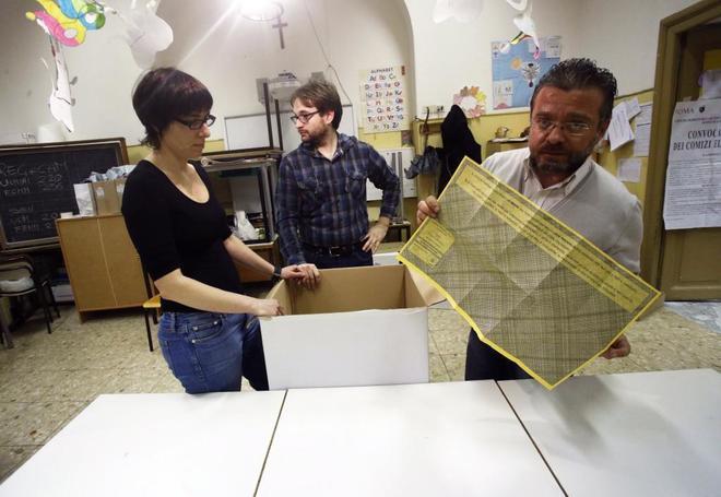 Funcionarios cuentan votos en un colegio electoral de Roma.