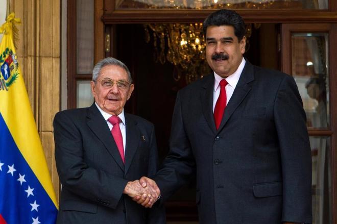 Nicolás Maduro recibe al presidente cubano, Raúl Castro, este lunes en Caracas.